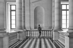 Le-visiteur-du-Louvre-