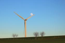 L'éolienne joue avec la lune ...